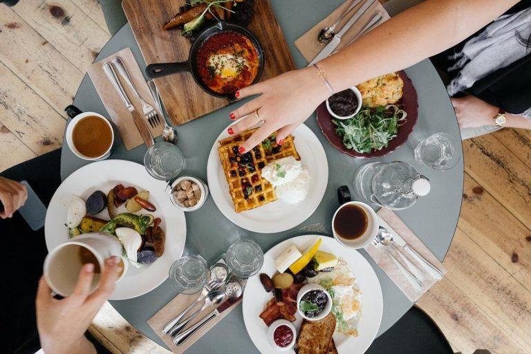 Jaki kształt stołu wybrać do salonu, kuchni czy jadalni